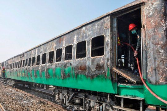 conmocion en pakistan: mas de 70 muertos tras el incendio de un tren de pasajeros