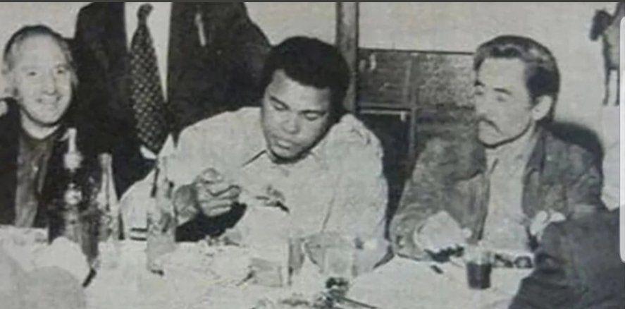 También nos cuenta el hilo de Twitter cuando Mohamed Alí comió en Lanús, conurbano sur, junto a Rucci y Lorenzo Miguel
