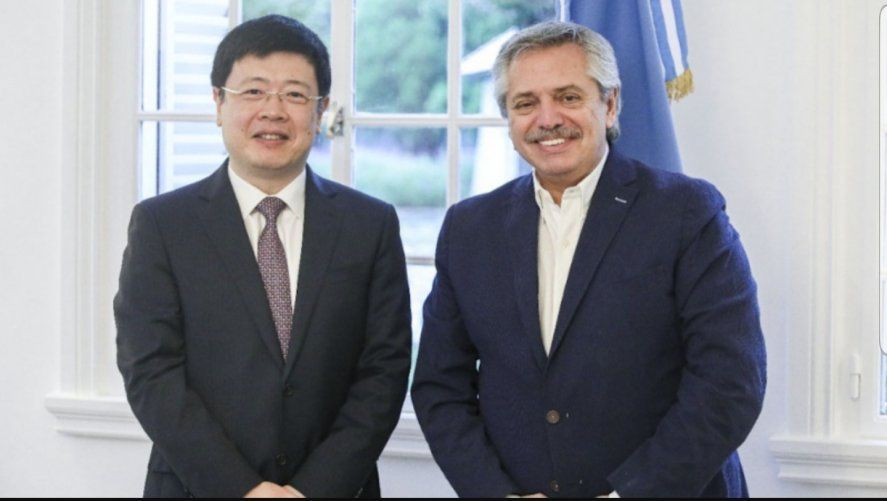 Foto conjunta del Embajador de China en Argentina tomada dos días antes de decretada la cuarentena en el 2020, cuando el Presidente de la República lo recibió en Casa Rosada.