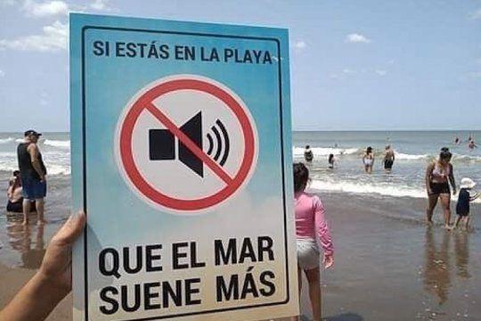 ?que se escuchen las olas y el viento?: la campana viral para desalentar el uso de parlantes en la playa