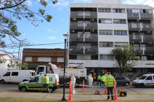 desinfectan y realizan operativo de prevencion en edificio donde confirmaron un caso de coronavirus