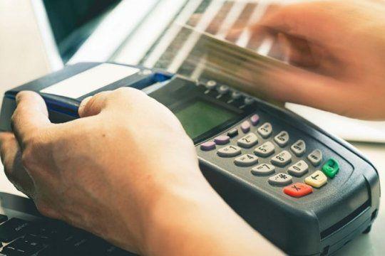 control de cambios: el banco central informo como se haran los pagos con tarjeta para compras en dolares
