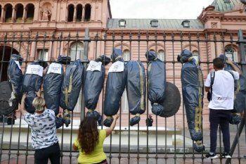 Amplio repudio del oficialismo ante la imagen de bolsas mortuorias en Casa Rosada