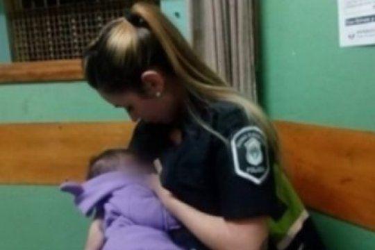 otra policia que conmueve en las redes: amamanto a una beba de cinco meses tras un operativo