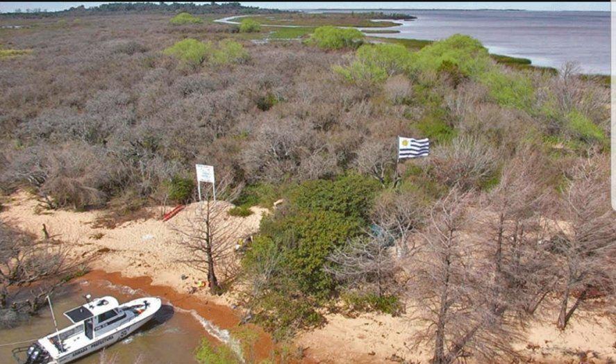 Fotografía de la demarcación de la frontera terrestre entre Argentina y Uruguay que se da entre la isla bonaerense Martín García