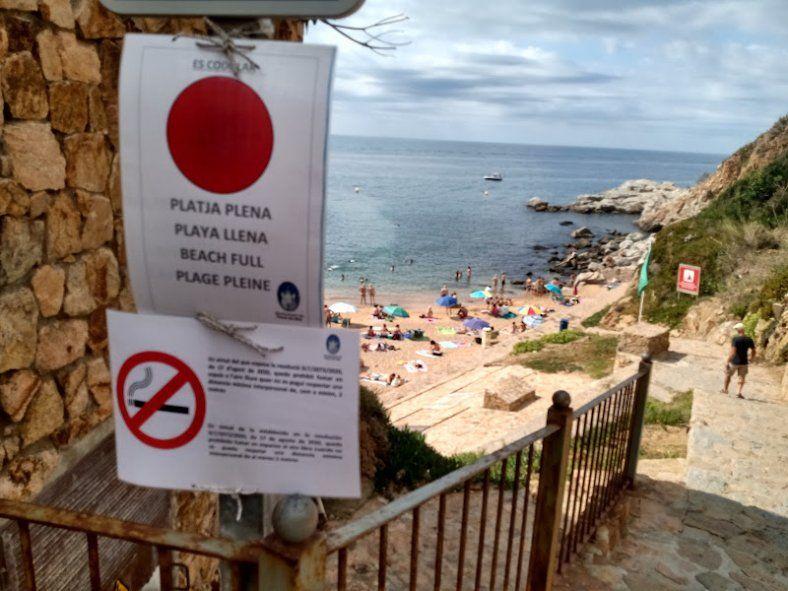 Verano: Tossa de Mar, un pequeño municipio de Cataluña, utilizó una cinta roja de un extremo al otro de la playa para poder garantizar ese espacio