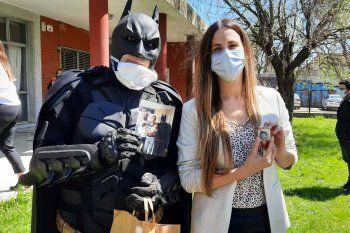Batman Solidario le entregó a Ornela su medalla por haber culminado su residencia en el Hospital de Niños