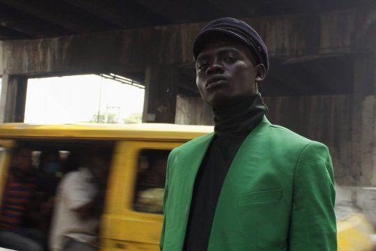 Ali Olakunmi posando por primera vez como modelo.