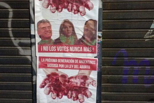 aparecieron impactantes afiches en contra del aborto: manos con sangre y rechazo a macri y cfk