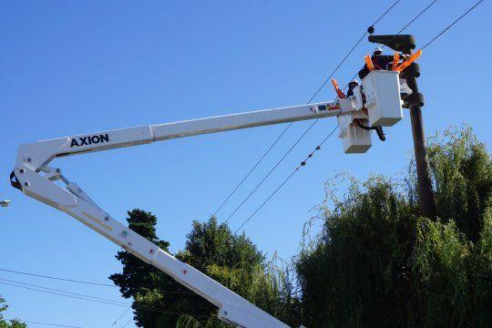 El personal de EDELAP trabaja ante las ráfagas de viento