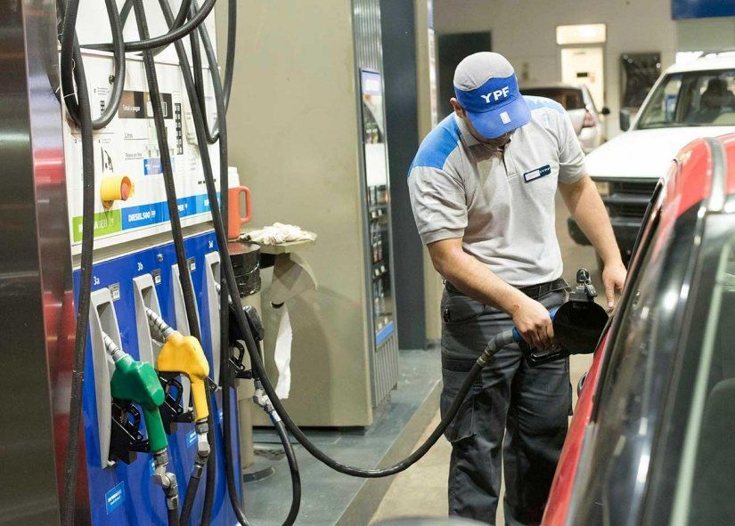 La petrolera YPF informó que desde la medianoche de este martes aumenta un 2