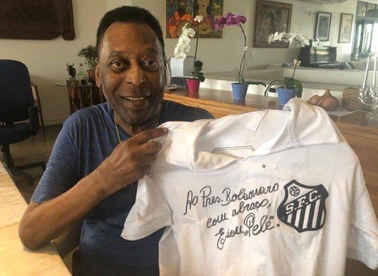 Pelé muestra la camiseta autografiada para Bolsonaro. Luego el presidente de Brasil la twitearía