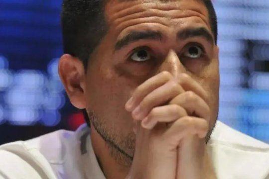 Complicado: El hijo de Riquelme debió hacer cuarentena tras volver de México con 44 contagiados pero apareció en el palco de la Bombonera.