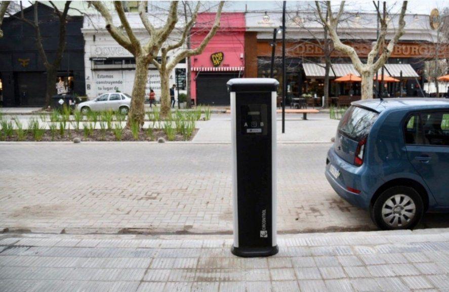 """El cargador de autos eléctricos de La Plata le da a la ciudad la misma sensación de """"pertenecer"""" que la ordenanza que multa con 351 mil pesos a quien arroje a la calle colillas de cigarrillos"""