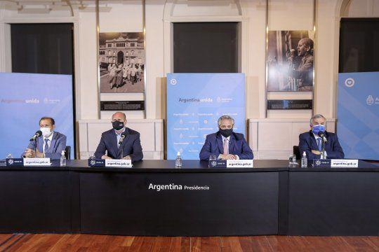 Alberto Fernández encabezó la conferencia de prensa de la que también participaron Omar Perotti, Omar Gutiérrez y Gerardo Morales.