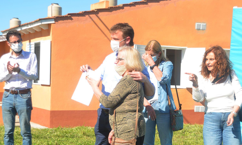 El tenso acto de entrega de viviendas en Olavarría en el que participó Agustín Simone