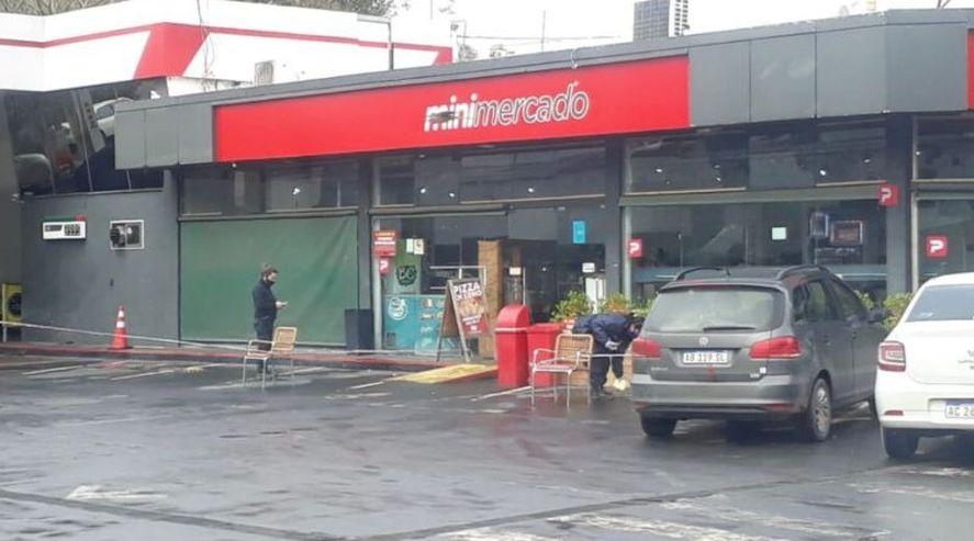 El hombre fue hallado herido en la estación de servicio de Belgrano y Panamericana