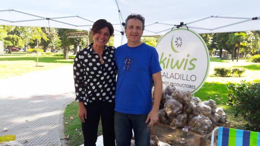 Oscar De Luca y su esposa venden sus kiwis en ferias de la región. Foto: gentileza Kiwis Saladillo.