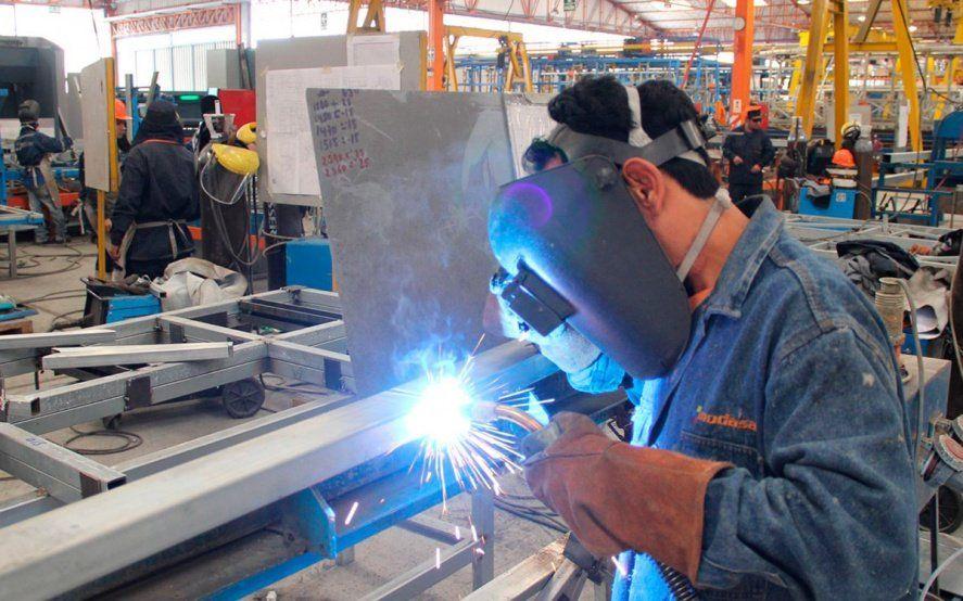 En caída libre: la industria se desplomó 10,8% durante enero y no levanta cabeza