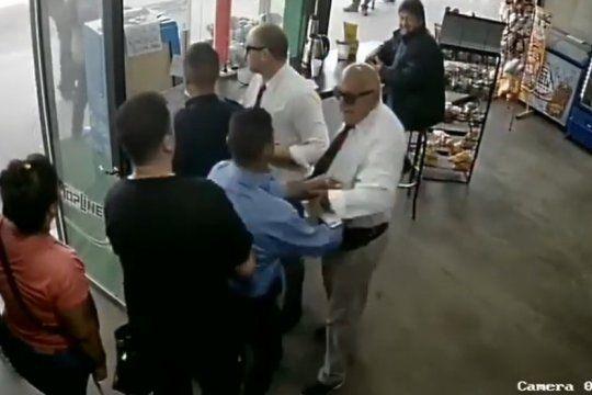 separan a un inspector de la linea dota por agredir a un joven