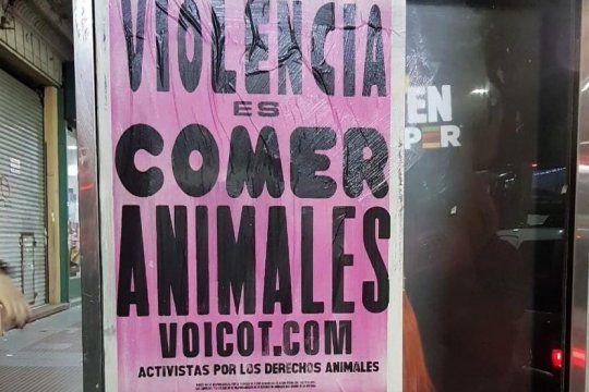 violencia es comer animales: activistas veganos empapelaron la plata con mensajes de liberacion