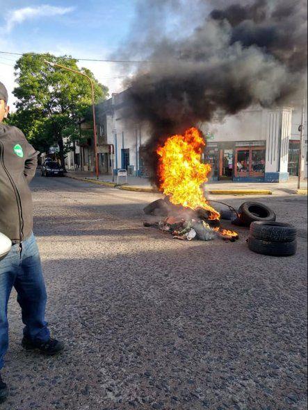 Municipales protestaron frelte al domicilio del intendente Mariano Uset