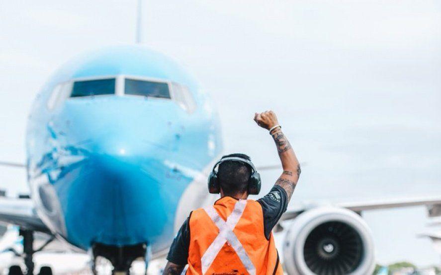 Diferentes aerolíneas emitirán pasajes en dólares para esquivar el impuesto del 30%