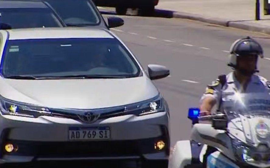Alberto conduce: El presidente llegó al Congreso manejando su propio auto y rodeado de la custodia oficial
