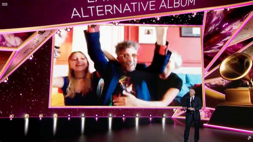 Momento en el que Fito Páez recibía el premio al Mejor Álbum Latino Rock o Alternativo en la edición 2021 de los Grammy
