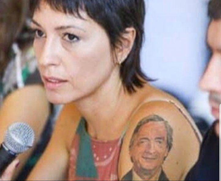 El tatuaje con el rostro de Nestor Kirchner fue un objeto más de los descriptos en el artículo del diario La Nación para estigmatizar la militancia de Mayra Mendoza