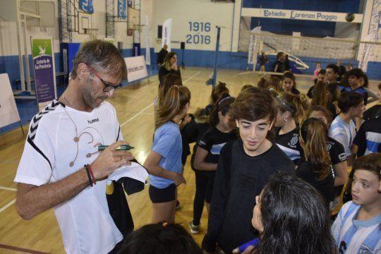 aprender de los mas grandes: milinkovic y espinosa dieron una clinica de voley para jovenes deportistas