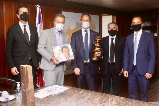 El embajador Daniel Scioli junto a empresarios pymes fue recibido por el gobernador de Salvador, Rui Costa.