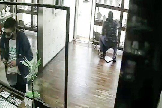 Los dos ladrones en acción en la joyería de City Bell
