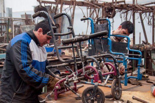 iniciativa solidaria: presos de olmos restauraron sillas de ruedas y camillas para un hospital