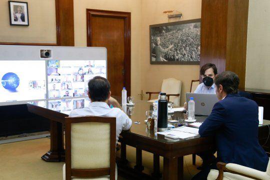 Axel Kicillof, Carlos Bianco y Nicolás Kreplak participaron desde Casa de Gobierno; el resto del Gabinete y los expertos se reunieron de manera virtual.