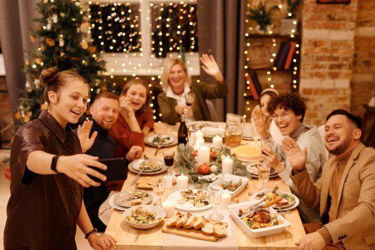 Series, salud dental, realeza europea o juegos de mesa pueden ser los tópicos que salven la mesa de Navidad si surgen apuros.