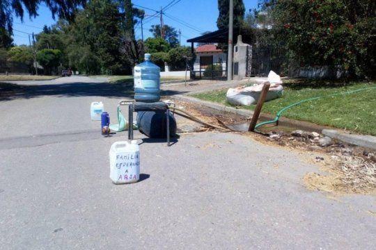 ?familia esperando a absa?, la ocurrente protesta de un bahiense que se quedo sin agua en pleno verano