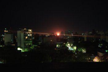 YPF adelantó que podrá registrarse mayor actividad de antorcha y ruidos en la refinería hasta el domingo (Foto: @LpMartinchus)