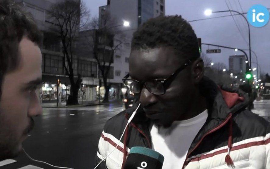 """La historia de Mustafá, uno de los manteros senegaleses que vive en La Plata: """"Si no trabajamos, no comemos"""""""