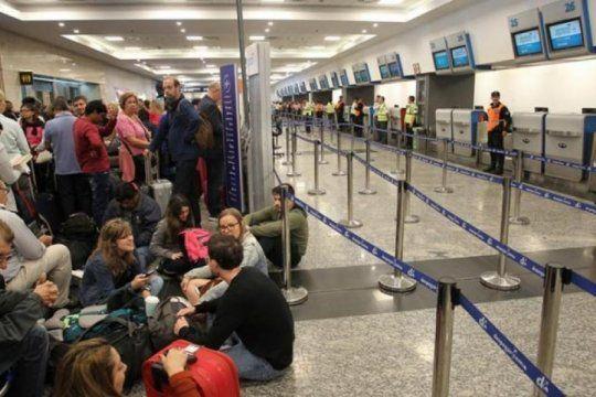 paro de pilotos, dia 2: cancelaciones y demoras en los vuelos de aerolineas argentinas