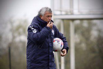 Pipo Gorosito dirigiendo una práctica de futbol en Gimnasia