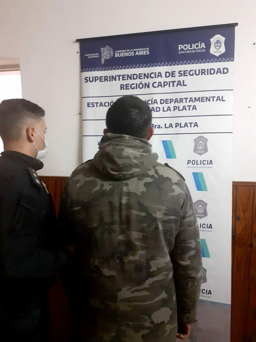 La Plata: atacó a la pareja delante de policías que acudieron a la denuncia