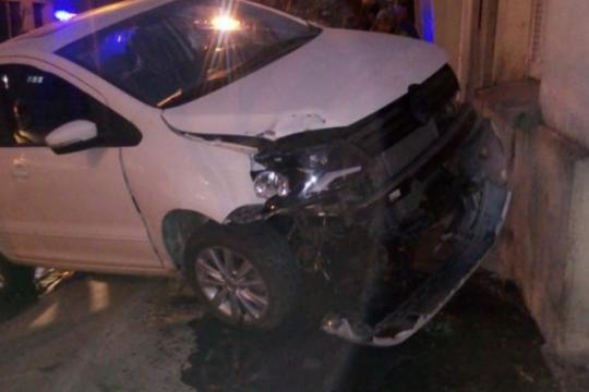 un flamante refuerzo de la b nacional estrello su auto contra la pared de una casa