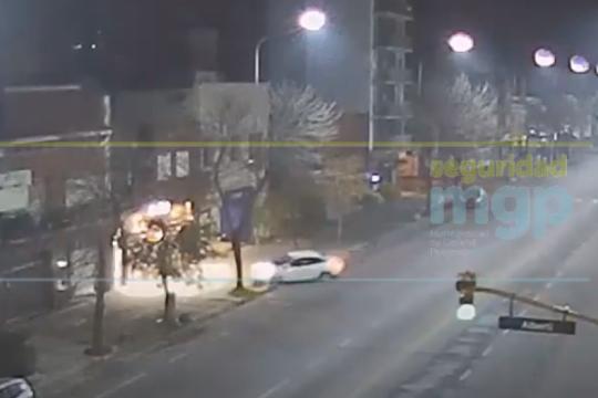mira el video: perdio el control de su auto, lo incrusto en una vidriera y arrastro a su pareja por la vereda
