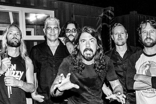 """""""Waiting On A War"""" es el nuevo sencillo del próximo álbum de Foo Fighters, Medicine at Midnight, que sale el 5 de febrero."""