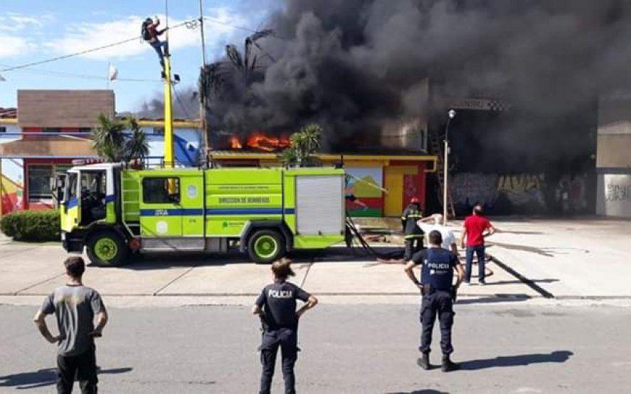 La Plata: varias dotaciones de bomberos combaten un incendio en un conocido local de camping y pesca