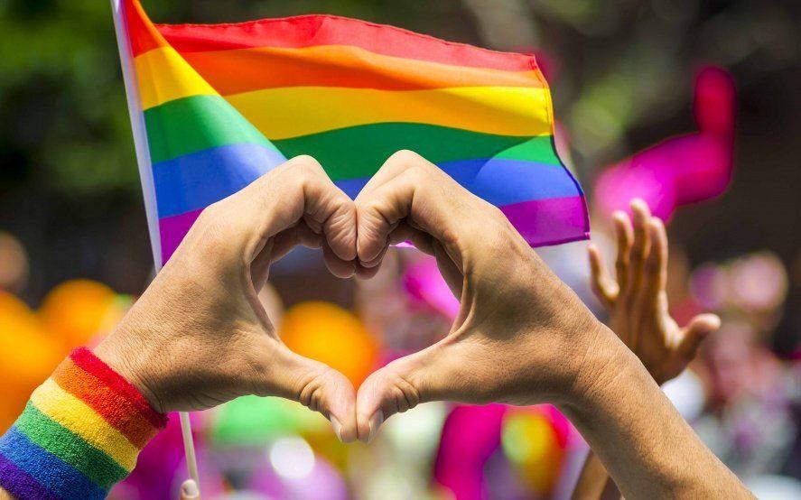 La idea de orgullo LGBT se da en el marco de una sociedad que condenada a la homosexualidad con multas y hasta cadena perpetua.