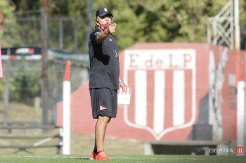 Ricardo Zielinski dando órdenes en el entrenamiento de Estudiantes