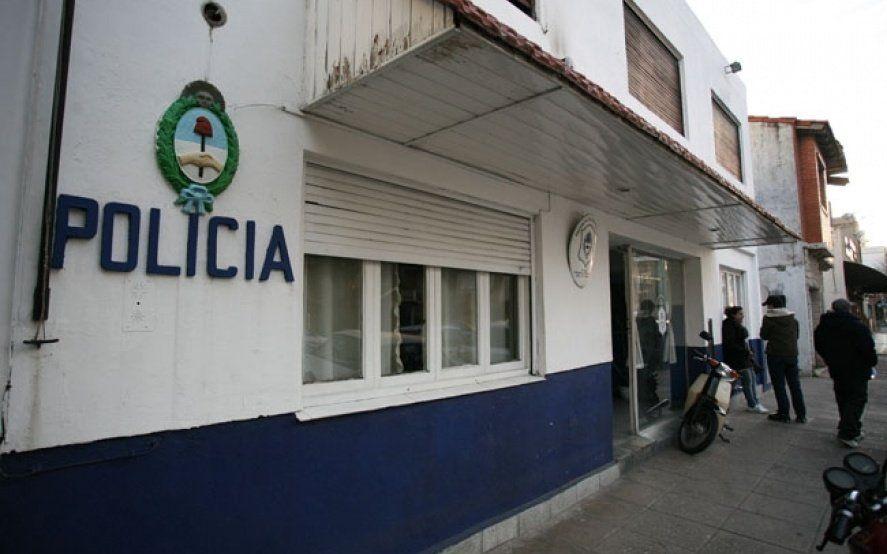 Desafectan a dos policías acusados de apropiarse de los bienes de un joyero muerto en plena calle