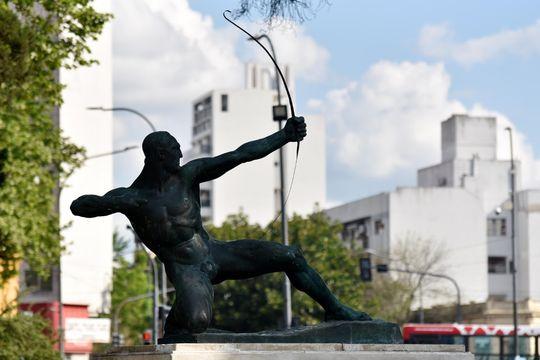 el arco fue hecho en los talleres del Municipio teniendo en cuenta los documentos del Archivo de Monumentos y Esculturas de la Ciudad de La Plata